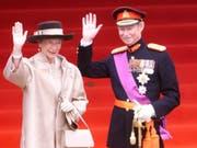 Luxemburger können sich nächste Woche vom verstorbenen Alt-Grossherzog Jean (im Bild mit Grossherzogin Josephine-Charlotte) verabschieden. Das Staatsbegräbnis findet am 4. Mai statt. (Bild: KEYSTONE/AP/DUSAN VRANIC)
