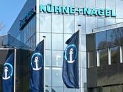 Kühne+Nagel erzielt im ersten Quartal einen leicht tieferem Reingewinn. (Bild: KEYSTONE/MARTIN RUETSCHI)