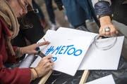 Trotz der #Metoo-Debatte: Jugendliche blenden teilweise sexuelle Belästigungen und Gewalt gegen Frauen aus. (Bild: EPA/Christophe Petit Tesson)