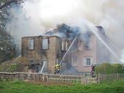 Eine Frau konnte sich aus dem brennenden Mehrfamilienhaus in Salmsach TG retten, eine weitere Person wird noch vermisst. (Bild: Thurgauer Kantonspolizei)