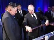 Russlands Präsident Wladimir Putin will den nordkoreanischen Machthaber Kim Jong Un «zu einem passenden Zeitpunkt» in Nordkorea besuchen. (Bild: KEYSTONE/EPA SPUTNIK POOL/ALEXEY NIKOLSKY / SPUTNIK / KREMLIN PO)