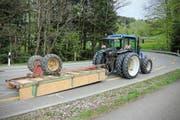 Der Traktor mit dem umgekippten Anhänger.
