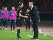 Mit dem Schiedsrichter nicht einverstanden: FCZ-Trainer Ludovic Magnin (re.) im Cup-Halbfinal gegen den FC Basel (Bild: KEYSTONE/MELANIE DUCHENE)