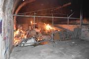 Im Vorraum des Bunkers brannten diverse Gegenstände. Untersuchungen ergaben Hinweise auf Brandstiftung. (Bilder: Kantonspolizei)