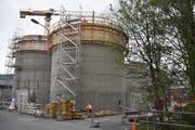 Der Bau der neuen Faultürmen schreitet voran. Bis zur geplanten Inbetriebnahme im Januar 2020 sind aber noch viele aufwändige und anspruchsvolle Arbeiten zu leisten, damit sie alle Vorschriften und technischen Anforderungen erfüllen können. (Bild: Thomas Schwizer)