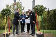 Die Gemeindepräsidenten Roger Hochreutener und Katharina Zwicker (hinten) sowie die Regierungsräte Marc Mächler (vorne links) und Dölf Biasotto bei der Einweihungszeremonie der Hängebrücke über das Mattenbachtobel. (Bilder: Adriana Ortiz Cardozo)