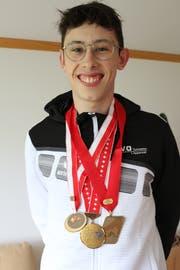 Nicolas Pracht mit seinen Lieblingsmedaillen, darunter Bronze von der Hallen-Schweizer-Meisterschaft. (Bild: Yann Lengacher)