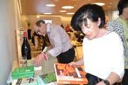 Die Mitglieder des HHVW schmökern im Jahrbuch 2018 und stöbern auf dem Büchertisch. (Bilder: Adi Lippuner)