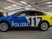 Jetzt verlassen sie die Garage: Die Basler Polizei nimmt am Wochenende ihre ersten Teslas als neue Alarmpikett-Fahrzeuge in Betrieb. (KEYSTONE/Georgios Kefalas) (Bild: KEYSTONE/GEORGIOS KEFALAS)