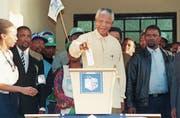 Nelson Mandela gibt am 27. April 1994 in Oshlange bei den ersten freien Wahlen seine Stimme ab. (Bild: Walter Dhladhla/AFP)