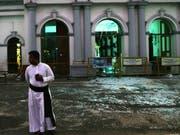 Bild der Zerstörung: Ein katholischer Priester vor der St. Anthony's Church in Colombo. (Bild: KEYSTONE/AP/MANISH SWARUP)