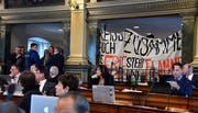 Schmuggelware: Das Transparent der jungen Klimaschützer wurde in den Ratssaal geschmuggelt. (Bild: Regina Kühne)