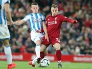 Es ist ein seltenes Bild geworden: Xherdan Shaqiri im Tenü von Liverpool und im Einsatz. Hier gegen Jonathan Hogg von Huddersfield Town. (Bild: KEYSTONE/AP/JON SUPER)