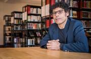 Der Schriftsteller Usama Al Shahmani in der Kantonsbibliothek in Frauenfeld.