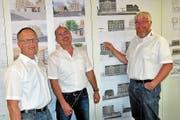 Präsident Andreas Schüpbach und die beiden Geschäftsleiter Daniel Strebel und Daniel Appert (von links) vor den Bauplänen der Projekte in Merenschwand und Boswil. (Bild: Eddy Schambron)