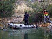 Auf der Suche nach weiteren Opfern des Serienmörders: Ermittler auf einem der Baggerseen südwestlich der Hauptstadt Nikosia auf Zypern. (Bild: KEYSTONE/EPA/KATIA CHRISTODOULOU)