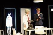 Der Hase Harvey, meist nicht sichtbar, erscheint zuweilen auch als Schatten oder als tatsächliche Figur auf der Bühne. (Bild: Jan Zikeli)