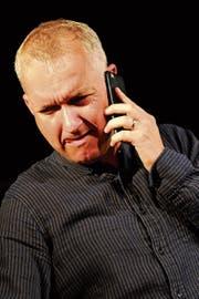 Simon Enzler gibt sich im Zeltainer ganz zeitgemäss und hat fast pausenlos das Handy am Ohr. (Bild: Rudolf Steiner)