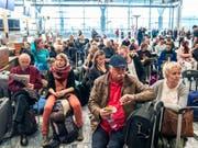 Wegen des Pilotenstreiks bei SAS gestrandete Passagiere am Freitag in Oslo. (Bild: KEYSTONE/AP NTB Scanpix/OLE BERG-RUSTEN)