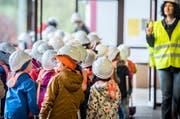 Die Isliker Schulkinder marschieren zum Spatenstich für die neue Dreifachturnhalle auf. (Bild: Andrea Stalder, 24. Oktober 2018)