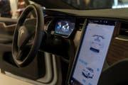 Das Innere des Teslas. (Bild: KEYSTONE/Georgios Kefalas, 6. Dezember 2018)