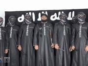 Ein Bild der Amaq, der Nachrichtenagentur der Terrororganisation Islamischer Staat, zeigt in der Mitte Zahran Hashmi, den mutmasslichen Anführer der Selbstmordattentäter an Ostern in Sri Lanka. (Bild: KEYSTONE/AP Aamaq news agency)