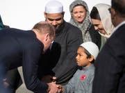 Der britische Prinz William grüsst einen jungen Muslimen beim Besuch der Al-Noor-Moschee in der neuseeländischen Stadt Christchurch. (Bild: KEYSTONE/AP Pool Fairfax/JOSEPH JOHNSON)