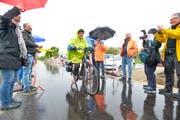 Die erste Velofahrerin auf dem sanierten und ausgebauten Radweg. (Bild: Donato Caspari)