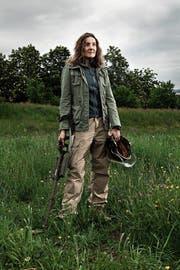 Karin Stauffer mit Metalldetektor und einem Teil ihrer Ausrüstung. (Bild: Stephan Rappo / 13 Photo)