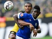 Breel Embolo (rechts) fügt mit Schalke Manuel Akanji und dem BVB eine empfindliche Niederlage zu (Bild: KEYSTONE/AP/MARTIN MEISSNER)