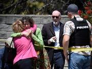 Bei einem Angriff auf eine Synagoge im US-Bundesstaat Kalifornien am letzten Tag des jüdischen Pessachfestes ist am Samstag mindestens ein Mensch getötet worden. (Bild: KEYSTONE/FR59680 AP/DENIS POROY)