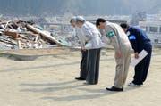 Kaiser Akihito und Kaiserin Michiko besuchen die Opfer eines Erdbebens an der Nordost-Küste Japans. (Bild: Toru Yamanaka/AP Photo, 27. April 2011)