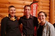 Präsidentin Ursi Aschwanden (links) gratuliert Mike McCardell zur Wiederwahl und Monika Baumann zur Neuwahl in den Vorstand. (Bild: Christoph Näpflin, Seelisberg, 25. April 2019)
