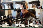 Wer eine Waffe erwerben will – etwa an einer Messe – braucht eine entsprechende Bewilligung. (Bild: Stefan Wermuth/AFP (Luzern, 29. Mai 2019))