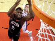 Clint Capela (links) trifft mit den Houston Rockets in den Viertelfinals der NBA auf die Golden State Warriors (Bild: KEYSTONE/AP/DAVID J. PHILLIP)