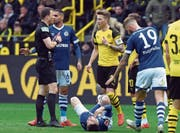 Rote Karte: Dortmunds Marco Reus (gelbes Trikot) flog in der 60. Minute nach einem Foul an Suat Serdar (unten) vom Platz. (Bild: David Hecker/EPA (Dortmund, 27. April 2019))