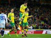 Norwich feiert den Treffer von Mario Vrancic (rechts) gegen Blackburn, der den Weg zum Aufstieg ebnet (Bild: KEYSTONE/AP PA/CHRIS RADBURN)