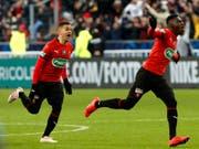 Die Sensation ist geschafft: Rennes' Spieler Hatem Ben Arfa (links) und Ismaila Sarr rennen los (Bild: KEYSTONE/AP/THIBAULT CAMUS)