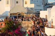 Die griechische Insel Santorini versucht der Touristenflut mit hohen Gebühren Herr zu werden. (Bild: Athanasios Gioumpasis/Getty 16. Juli 2018)