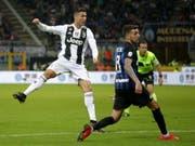 Cristiano Ronaldo sieht, wie sein Schuss zum 1:1 ins Tor findet (Bild: KEYSTONE/EPA ANSA/ROBERTO BREGANI)