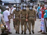 Die Polizei in Sri Lanka durchkrempelt das gesamte Land nach den Selbstmordanschlägen mit mehr als 250 Toten vor wenigen Tagen - dabei gab es am Samstag mehrere Explosionen in einem Extremistenversteck. (Bild: KEYSTONE/AP/MANISH SWARUP)