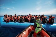 Gerettete Migranten vor der libyschen Küste. (Fabian Heinz/AP, 3. April 2019)