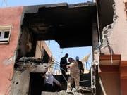 Aus Tripolis werden in der Nacht auf Sonntag erneut Kampfhandlungen mit Zerstörungen gemeldet. (Bild: KEYSTONE/EPA/STRINGER)