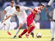 Zürichs Einwechselspieler Lewan Charabadse (links) im Kampf um den Ball gegen Sions Bastien Toma (Bild: KEYSTONE/ENNIO LEANZA)