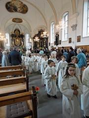 Die Erstkommunikanten beim Auszug aus der Kirche. (Bild: Ruedi Wechsler, Wolfenschiessen, 28. April 2019)