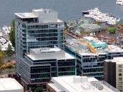 In Seattle hat sich am Samstag (Ortszeit) ein Unglück mit einem Kran auf einem Gebäude ereignet - dabei wurden zahlreiche Menschen getötet. (Bild: KEYSTONE/AP Chelsea Oughton)