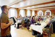 Der musizierende Maler Reno Heeb spielt beim Familienverein Eggenberger zur Unterhaltung viele bekannte Melodien. (Bild: Hansruedi Rohrer)