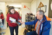 Schuhmacherin Ena Ringli zeigt und erklärt eines ihrer Produkte in der Schuhmanufaktur. (Bilder: Donato Caspari)