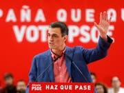 Sozialisten-Chef Pedro Sánchez ist zwar klarer Sieger der Wahl in Spanien, dass er eine Regierung wird bilden können, ist aber alles andere als gewiss. (Bild: KEYSTONE/EPA EFE/JUAN CARLOS CARDENAS)
