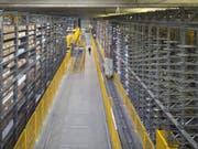 Die Arbeiter bauten unter dem Dach Kühlaggregate zurück, als sich eines löste und die Arbeiter in die Tiefe riss. (Bild: Keystone/GAETAN BALLY)